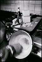Europe/France/Rhône-Alpes/73/Savoie/Sainte-Foy-Tarentaise: Préparation de la Fondue  savoyarde à l'auberge: Le Cret Folliet -la cuisinière frotte le poëllon avec un morceau d'ail