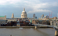 London: Panorama from Tate Modern: St. Paul's and Millennium Bridge (Norman Foster and Anthony Caro)