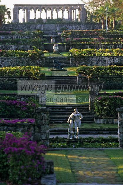 """Iles Bahamas / New Providence et Paradise Island / Nassau: Hotel """"One & Only Océan Club"""" le jardin """"Versailles Garden"""" , ses statues classiques et le cloitre Augustin du XIV e Siècle venant de Montrejeau"""