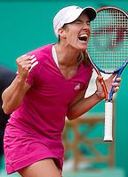 30-05-10, Tennis, France, Paris, Roland Garros,  Justine Henin uitzinnig van vreugde na haar overwinning op Maria Sharapova
