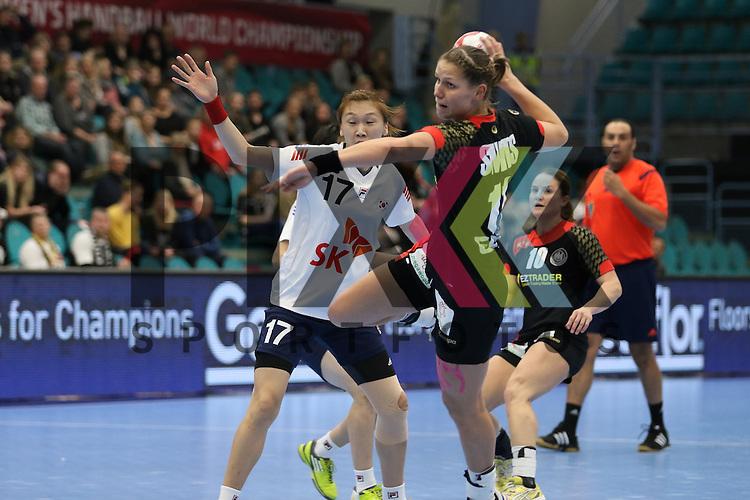 Kolding (DK), 010.12.15, Sport, Handball, 22th Women's Handball World Championship, Vorrunde, Gruppe C, Deutschland-S&uuml;d Korea : Sim Haein (S&uuml;d Korea, #17)  , Xenia Smits (Deutschland, #11)<br /> <br /> Foto &copy; PIX-Sportfotos *** Foto ist honorarpflichtig! *** Auf Anfrage in hoeherer Qualitaet/Aufloesung. Belegexemplar erbeten. Veroeffentlichung ausschliesslich fuer journalistisch-publizistische Zwecke. For editorial use only.