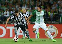 MEDELLÍN -COLOMBIA-13-04-2017. Daniel Bocanegra (Der) jugador de Atlético Nacional de Colombia disputa el balón con Rodrigo Pimpao (Izq) jugador de Botafogo de Brasil durante partido por la fecha 2, fase de grupos, de la Copa CONMEBOL Libertadores Bridgestone 2017 jugado en el estadio Atanasio Girardot de la ciudad de Medellín. / Daniel Bocanegra (R) player of Atletico Nacional of Colombia fights for the ball with Rodrigo Pimpao (L) player of Botafogo of Brasil during match for the date 2, group  phase, of the Copa CONMEBOL Libertadores Bridgestone 2017 played at Atanasio Girardot stadium in Medellin city. Photo: VizzorImage/ León Monsalve /Cont