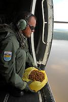 Militares da Aeronáutica lançam sementes de diversas espécies nas matas de entorno da cidade durante projeto de reflorestamento.<br /> Belém, Pará, Brasil.<br /> Foto Paulo Santos<br /> 11/05/2007