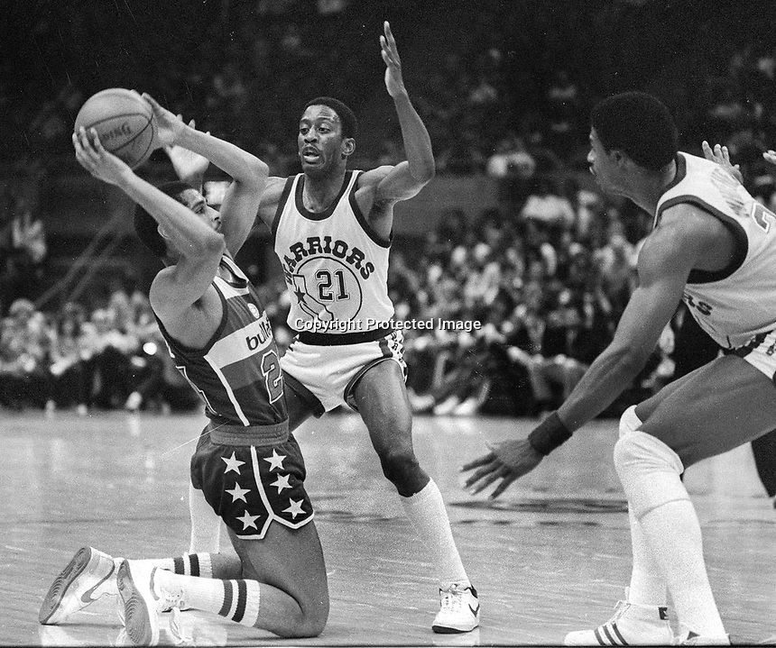 """Washington Bullets Perry Moss is trapped by Warrior Eric """"Sleepy"""" Floyd. (1985 photo/Ron Riesterer)"""