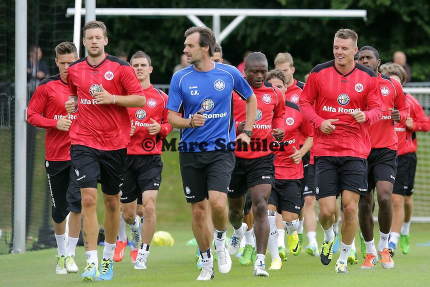Eintracht Frankfurt laeuft sich warm - Eintracht Frankfurt Trainingsauftakt