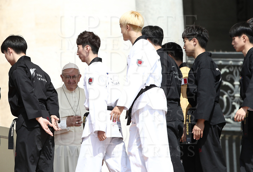 Alcuni giovani atleti di Taekwondo provenienti dalla Corea del Sud salutano Papa Francesco durante l'udienza generale del mercoledi' in Piazza San Pietro, Citta' del Vaticano, 30 maggio, 2018.<br /> Taekwondo athletes from South Korea greets Pope Francis during his weekly general audience in St. Peter's Square, at the Vatican, on May 30, 2018.<br /> UPDATE IMAGES PRESS/IsabellaBonotto<br /> <br /> STRICTLY ONLY FOR EDITORIAL USE