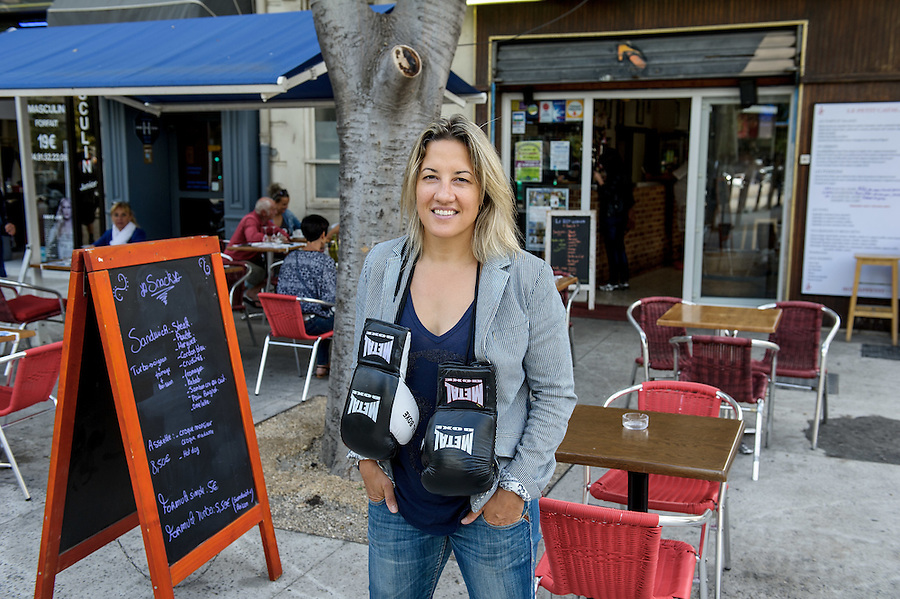 """Myriam Lamare, championne du monde de boxe, devant sa brasserie """"Le petit Catalan"""" - Marseille"""