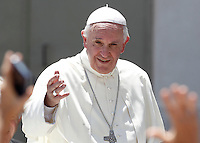 Papa Francesco saluta i fedeli al termine dell'udienza generale del mercoledi' in Piazza San Pietro, Citta' del Vaticano, 3 giugno 2015.<br /> Pope Francis waves to faithful at the end of his weekly general audience in St. Peter's Square at the Vatican, 3 June 2015.<br /> UPDATE IMAGES PRESS/Isabella Bonotto<br /> <br /> STRICTLY ONLY FOR EDITORIAL USE