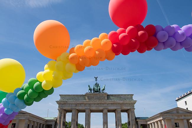 Kundgebung zum Internationaler Tag gegen Homo- und Transphobie in Berlin.<br /> Zahlreiche LSBTI-Organisationen aus Deutschland versammelten sich am 17. Mai 2017, zum Internationalen Tag gegen Homo- und Transphobie (IDAHOT) vor dem Berliner Reichstag zu der Aktion &bdquo;Vielfalt unterm Regenbogen - Gleiche Rechte fuer Alle!&ldquo;<br /> Die Organisatoren benannten auf der Kundgebung viele Beispiele von Angriffen auf die Rechte und die Freiheit von Lesben, Schwulen, Bi- und Transsexuellen sowie Menschen die sich als intersexuell begreifen.<br /> Zahlreiche LSBTI-Organisationen aus Deutschland, darunter die Deutsche Aidshilfe, der Lesben- und Schwulenverband in Deutschland (LSVD), das Aktionsbuendnis gegen Homophobie e.V., die Berliner Aids-Hilfe e.V. und Gruppen der SPD, der Gruenen und die Linkspartei veroeffentlichen darum am Internationalen Tag gegen Homo- und Transphobie (IDAHOT) unter dem Motto &bdquo;Vielfalt fuer Alle!&ldquo; einen gemeinsamen Appell fuer eine offene, respektvolle Gesellschaft, die allen Menschen Schutz und Unterstuetzung bietet.<br /> Im Bild: Eine Luftballon-Schlange in den Regenbogenfarben vor dem Brandenburger Tor.<br /> 17.5.2017, Berlin<br /> Copyright: Christian-Ditsch.de<br /> [Inhaltsveraendernde Manipulation des Fotos nur nach ausdruecklicher Genehmigung des Fotografen. Vereinbarungen ueber Abtretung von Persoenlichkeitsrechten/Model Release der abgebildeten Person/Personen liegen nicht vor. NO MODEL RELEASE! Nur fuer Redaktionelle Zwecke. Don't publish without copyright Christian-Ditsch.de, Veroeffentlichung nur mit Fotografennennung, sowie gegen Honorar, MwSt. und Beleg. Konto: I N G - D i B a, IBAN DE58500105175400192269, BIC INGDDEFFXXX, Kontakt: post@christian-ditsch.de<br /> Bei der Bearbeitung der Dateiinformationen darf die Urheberkennzeichnung in den EXIF- und  IPTC-Daten nicht entfernt werden, diese sind in digitalen Medien nach &sect;95c UrhG rechtlich geschuetzt. Der Urhebervermerk wird gemaess &sect;13 UrhG verlangt.]