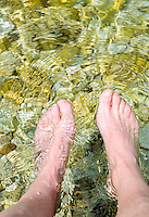 Italy, Veneto, Lake Garda, Malcesine-district Val di Sogno: footbath in lake Garda after a long walk | Italien, Venetien, Gardasee, Malcesine-Ortsteil Val di Sogno: nach langem Spaziergang die Fuesse im Gardasee erfrischen