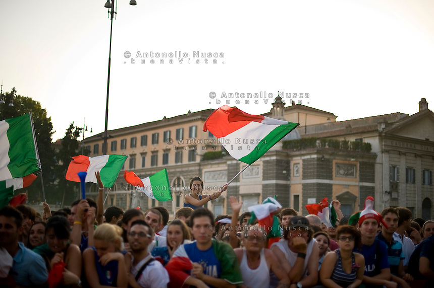 Tifosi Italiani in Piazza del Popolo a Roma prima di assistere alla semifinale Italia Germania dei campionati Europei di calcio...Supporters of the Italy national football team cheer  prior to watching the Euro 2012 semifinal football match between Italy and Germany on a giant screen in the Rome's central square Piazza del Popolo.