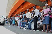 Ca&ntilde;eros haitianos e indocumentados debajo del elevado de la 27 de Febrero con Leopoldo Navarro y en los alrededores del edificio de oficinas gubernamentales para exigir que se cumpla con los acuerdos migratorios.<br /> Fotos: Carmen Su&aacute;rez/acento.com.do<br /> Fecha: 16/05/2015