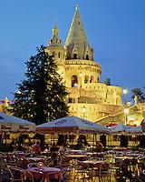 Hungary, Budapest, Castle District: Fisherman's Bastion and cafe scene at night | Ungarn, Budapest, Stadteil Buda, Burgviertel: Fischerbastei und Cafe am Abend