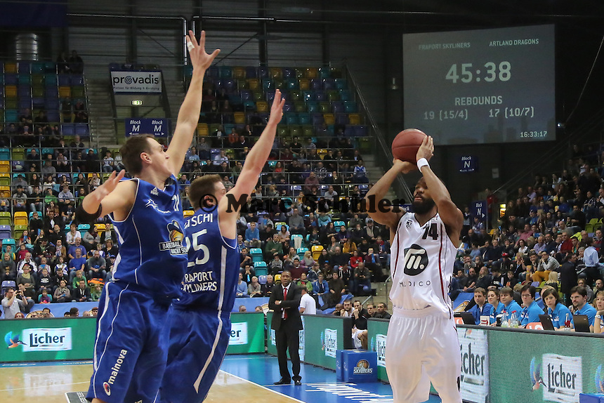 Andy Rautins und Jacob Burtschi (SKyliners) verteidigen gegen Brandon Thomas (Artland) - Fraport Skyliners vs. Artland Dragons Quakenbrueck, Fraport Arena Frankfurt