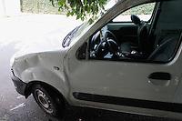 SÃO PAULO, SP - 07.03.2016: ACIDENTE-SP - Vista do veículo utilitário que capotou na rua Professor Sylas Baltazar Araujo, na altura do No.100, Parque Fongaro, na zona sul, nesta segunda-feira (07). Não houve feridos. (Foto: Carlos Pessuto/Brazil Photo Press)