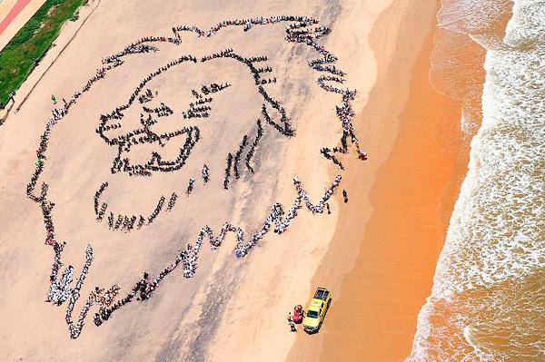 XKL03 DURBAN (SUDÁFRICA) 07/12/2011.- Cientos de niños sudafricanos forman la cabeza de un león como llamada de atención para pedir medidas urgentes para combatir el cambio climático, en Durban (Sudáfrica) hoy, miércoles 7 de diciembre de 2011. Esta acción se llevó a cabo en colaboración con el artista internacional John Quigley y con el apoyo de la campaña TCKTCKTCK con motivo de la celebración de la XVII Cumbre sobre Cambio Climático (COP17) en la ciudad sudafricana. EFE/Shayne Robinson/Greenpeace SOLO USO EDITORIAL PROHIBIDA SU VENTA