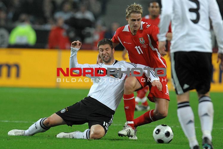 Fu&szlig;ball, L&auml;nderspiel, WM 2010 Qualifikation Gruppe 4 in M&ouml;nchengladbach ( Borussia Park ) <br />  Deutschland (GER) vs. Wales ( GB )<br /> <br /> Thomas Hitzlsperger ( Ger /  VFB Stuttgart #15) gegen David Edwards (Wales #11)<br /> <br /> Foto &copy; nph (  nordphoto  )<br />  *** Local Caption ***