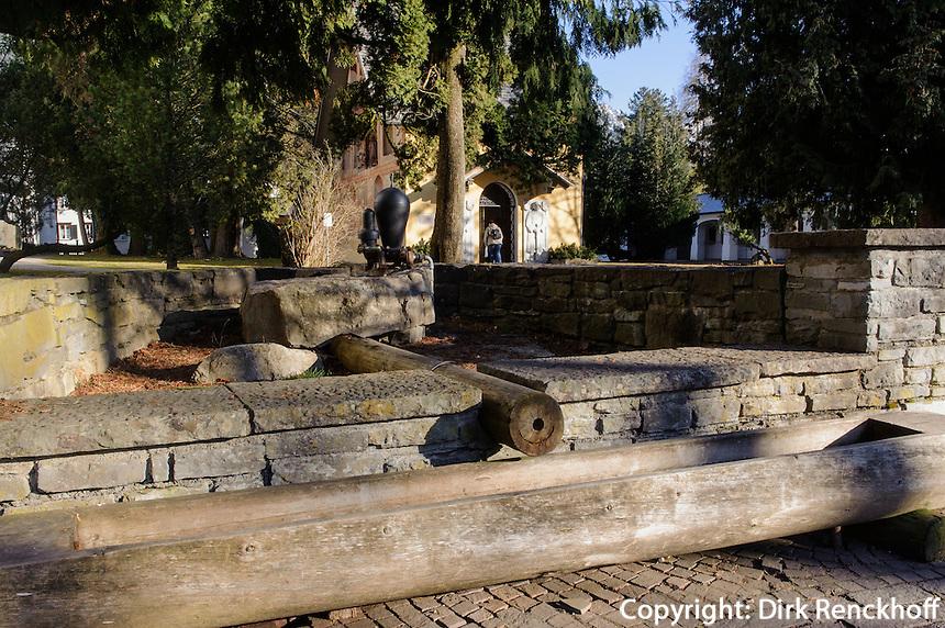 traditionelle Holzwasserleitung mit Pumpe in Oberstdorf im Allg&auml;u, Bayern, Deutschland<br /> traditional wooden waterpipe and pump in Oberstdorf, Allg&auml;u, Bavaria,  Germany