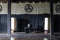 In the Zashiki the Edo-period banner features a Samurai three-leaf oak crest which is now the logo of the Chiiori Trust