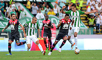 MEDELLÍN -COLOMBIA-22-MAYO-2016.Felipe Aguilar (Der.) de Atlético Nacional  disputa el balón con Anthony Otero (Izq.) de Santa Fe   durante partido por la fecha 19 de Liga Águila I 2016 jugado en el estadio Atanasio Girardot ./ Felipe Aguilar (R) of Atletico Nacional  for the ball with Anthony Otero (L) of Santa Fe during the match for the date 19 of the Aguila League I 2016 played at Atanasio Girardot  stadium in Medellin . Photo: VizzorImage / León Monsalve  / Contribuidor