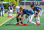 AMSTELVEEN  -  Casper Horn (Adam) met Morris de Vilder (Pinoke) en Marlon Landbrug (Pinoke) . Hoofdklasse hockey dames ,competitie, heren, Amsterdam-Pinoke (3-2)  . COPYRIGHT KOEN SUYK