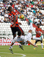 MANIZALES - COLOMBIA - 14-04-2013: Gonzalo Cabrera (Der.) jugador del  Once Caldas, disputa el balón con Jhonny Mostasilla (Izq), jugador del Boyacá Chicó F C, durante el partido en el estadio Palogrande de la ciudad de Manizales, abril 14 de 2013. Once Caldas empató a dos goles con el Boyacá Chicó FC, en partido de la fecha 10 de la Liga Postobón I. (Foto: VizzorImage /JJB/ Str).  Gonzalo Cabrera playe of Once Caldas, figths for the ball with Jhonny Mostasilla (L) player of Boyaca Chico F C, during the match at the stadium Palogrande city of Manizales, April 14, 2013. Once Caldas tied to two goals with the Boyaca Chico FC, in a match for the tenth date of the League Postobon I. (Photo: VizzorImage / JJB / Str)   .