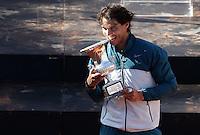 Lo spagnolo Rafael Nadal morde il trofeo dopo aver vinto la finale maschile degli Internazionali d'Italia di tennis a Roma, 19 Maggio 2013..Spain's Rafael Nadal bits the trophy after winning the final match of the Italian Open Tennis men's tournament ATP Master 1000 in Rome, 19 May 2013..UPDATE IMAGES PRESS/Riccardo De Luca