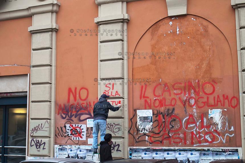 Roma 15 Aprile 2011.Occupata la  ex sala cinema Palazzo in Piazza dei Sanniti al quartiere San Lorenzo da associazioni e il comitato di quartiere per protestare contro l'apertura di un Casino' all'interno della struttura..