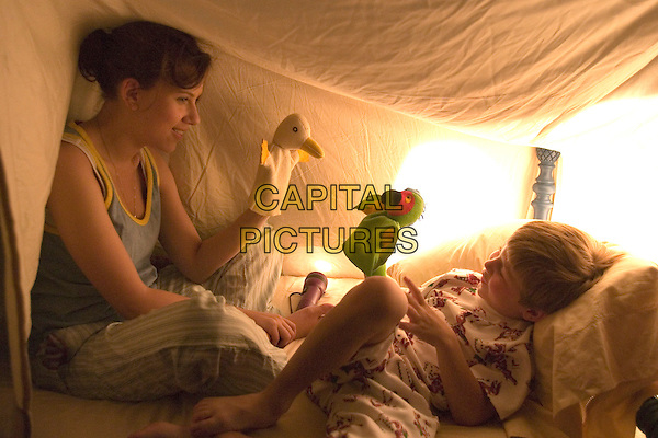SCARLETT JOHANSSON & NICHOLAS ART .in The Nanny Diaries .**Editorial Use Only**.CAP/FB.Supplied by Capital Pictures