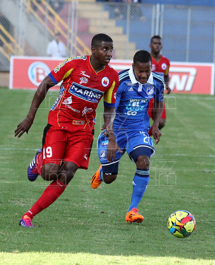 PASTO - COLOMBIA -15-02-2014: Mike Campaz (Izq.) jugador de Deportivo Pasto disputa el balón con Juan Esteban Ortiz (Der.) jugador del Millonarios durante partido de la quinta fecha de la Liga Postobon I 2014, jugado en el estadio Libertad de la ciudad de Pasto. / Mike Campaz (L)  player of Deportivo Pasto fights for the ball with Juan Esteban Ortiz (R) player of Millonarios during a match for the fifth date of the Liga Postobon I 2014 at the Libertad stadium in Pasto city. Photo: VizzorImage  / Leonardo Castro / Str.