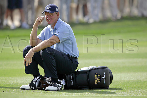 6 March 2005: South African golfer Ernie Els (RSA) takes a breather by sitting on his golf bag during the fourth round of the Dubai Desert Classic held on the Majlis Course at the Emirates Golf Club, Dubai, United Arab Emirates. Els won by one stroke after finishing on 19 under par. Photo: Neil Tingle/Action Plus..050306 male man men golf golfer golfers