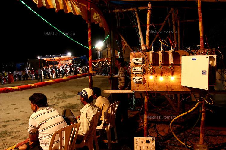03.10.2008 Dwarka(Gujarat)<br /> <br /> Men taking care of the lights during the navratri festival.<br /> <br /> Hommes s' occupant des lumieres durant le navratri festival.