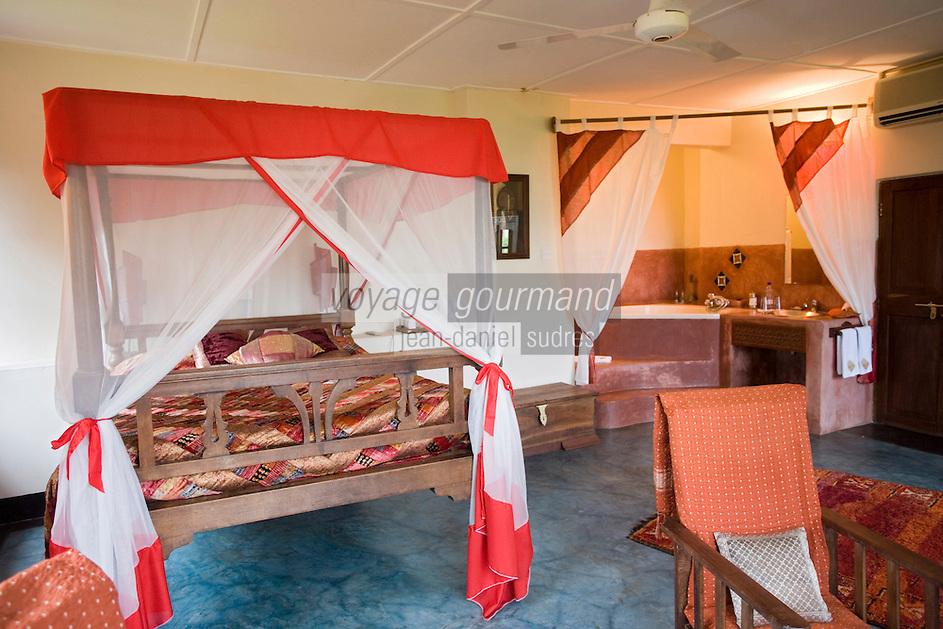 Afrique/Afrique de l'Est/Tanzanie/Zanzibar/Ile Unguja/Stone Town: Hotel Beyt al Chai une chambre avec ses vieux meubles, lit a baldaquin, voilages.