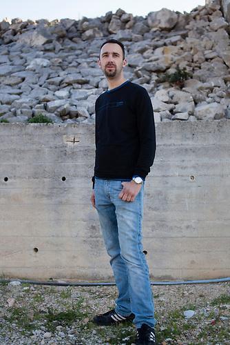 Ein Portrait von Darko Putic. Der 34-J&auml;hrige hat einen CD-Shp in Neum. / A portrait of Darko Putic. The 34-year old owns a CD-Shop in Neum, Bosnia.<br />Der kleine Ort Neum liegt in Bosnien-Herzegovina und bildet den einzigen Zugang zum Meer des Balkanlandes. Auf einer L&auml;nge von 9 km durchschneidet der Ort das kroatische Staatsgebiet (Neum-Korridor) Seit dem EU-Beitritt Kroatiens ist Neum auf beiden Seiten von EU-Au&szlig;engrenzen eingeschlossen. / The small city of Neum in Bosnia and Herzegovina is the only place in Bosnia, where the country has access to the adriatic sea. Over a length of 9 kilometers the area cuts Croatian territory in two pieces. Since Croatia became part of the European Union, the city of Neum is enclosed between two EU-boarders.