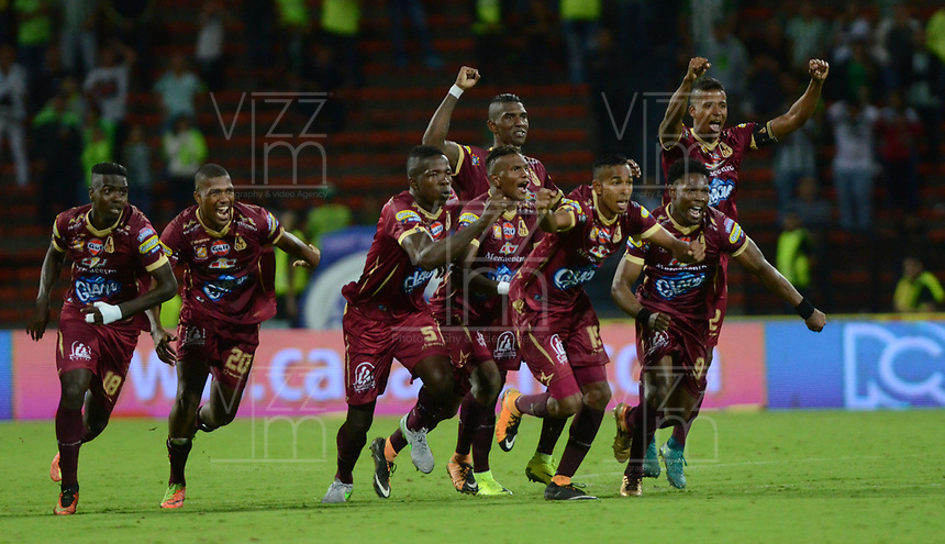 MEDELLIN- COLOMBIA - 2 - 12 - 2017: Jugadores  del Deportes Tolima celebran su victoria contra Atlético Nacional y su clasificación a la semifinal , durante partido de vuelta de los cuartos de final entre Atlético Nacional  y Deportes Tolima, de la Liga Aguila II 2017 en el estadio Atanasio Girardot de la ciudad de Medellín. / Players of Deportes Tolima celebrate his victory against Atlético Nacional and his qualification to the semifinal, during a match between Atletico Nacional and Deportes Tolima, of the quarter of finals for the Liga Aguila II 2017 at the Atanasio Girardot Stadium in Medellin city. Photo: VizzorImage  / León Monsalve / Contribuidor