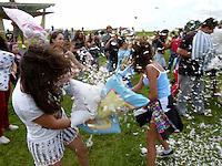 """BRASÍLIA, DF 06 DE ABRIL 2013.  FLASH MOB: PILLOW FIGHT DAY ( GUERRA DOS TRAVESSEIROS) - Foi realizado hoje o evento """"Flash Mob"""" Pillow Fight Day que é uma guerra de travesseiros que acontece em várias capitais do pais. Essa guerra de travesseiros foi realizado em frente a Torre de TV de Brasília no Plano Piloto nessa tarde de sábado dia (06)..FOTO RONALDO BRANDÃO/BRAZIL PHOTO PRESS"""