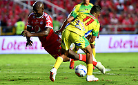 CALI - COLOMBIA, 30-09-2018: Pablo Armero (Izq.) jugador de América, disputa el balón con Andrés Amaya (Der.) jugador de Atlético Huila, durante partido entre América de Cali y Atlético Huila, de la fecha 12 por la Liga Aguila II 2018 jugado en el estadio Pascual Guerrero de la ciudad de Cali. / Pablo Armero (L) of player of America, vies for the ball with Andres Amaya (R) player of Atletico Huila, during a match between America de Cali and Atletico Huila, of the 12th date for the Liga Aguila II 2018 at the Pascual Guerrero stadium in Cali city. Photo: VizzorImage / Nelson Ríos / Cont.