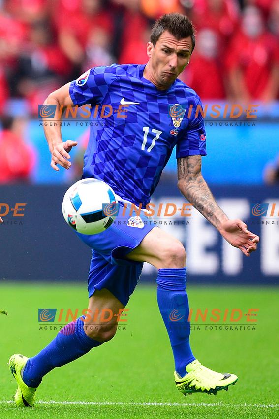 Caner Erkin ( Turkey ) - Mario Mandzukic ( Croatia ) <br /> Paris 12-06-2016 Parc des Princes Football Euro2016 Turkey - Croatia / Turchia - Croazia Group Stage Group D. Foto Panoramic / Insidefoto