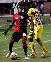 CUCUTA -COLOMBIA, 20-08-2015: Jefferson E. Murillo (Izq.) jugador del Cucuta Deportivo disputa el balón con Elvis Y. Perlaza (Der.) jugador de Atlético Huila durante partido por la fecha 7 de la Liga Aguila II 2015 disputado en el estadio General Santander de la ciudad de Cúcuta./ Jefferson E. Murillo (L) player of Cucuta Deportivo fights for the ball with Elvis Y. Perlaza (R) player of Atletico Huila during match for the 7th  date of the Aguila League II 2015 played at General Santander stadium in Cucuta city. Photo: VizzorImage / Manuel Hernandez /