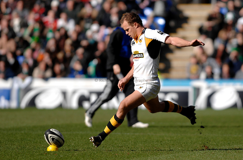 Photo: Richard Lane..London Irish v London Wasps. Guinness Premiership. 18/03/2007..Wasps' Mark Van Gisbergen kicks.