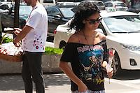 SÃO PAULO, SP, 08.03.2016 - DIA-MULHER - As lojas Marisa, da avenida Paulista, distribui rosas para as mulheres que passam em frente à loja, em homenagem ao Dia Internacional da Mulher, nesta terça-feira, 08. (Foto: Gabriel Soares/Brazil Photo Press)