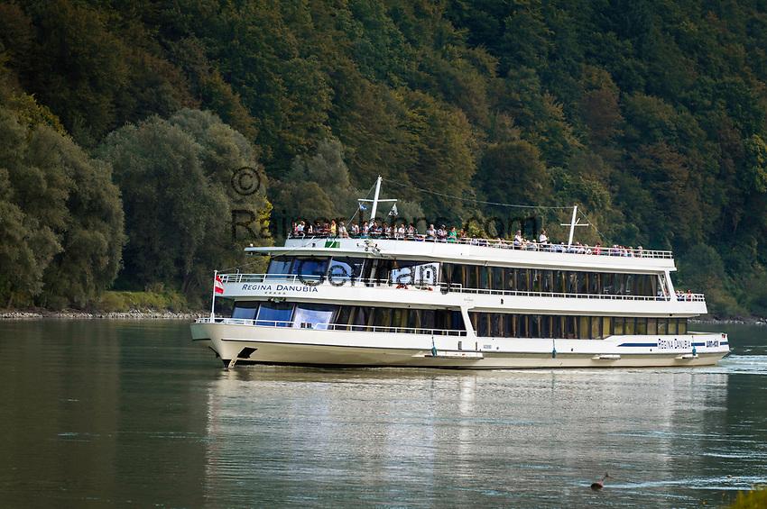 Oesterreich, Oberoesterreich, Donauschiff bei Engelhartszell an der Donau | Austria, Upper Austria, near Engelhartszell an der Donau; Danube cruise ship