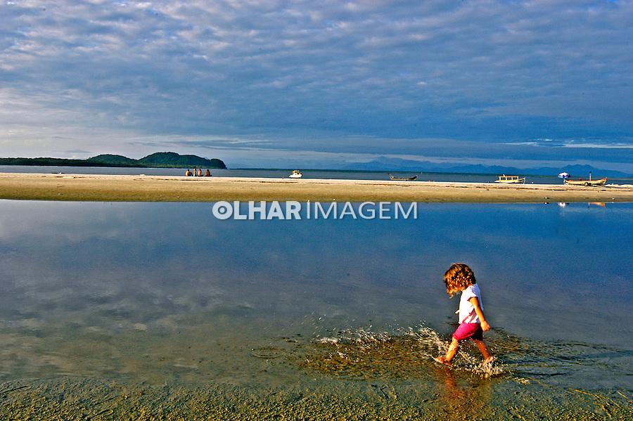 Criança na praia das Conchas na Ilha do Mel. Paraná. 2007. Foto de Renata Mello.