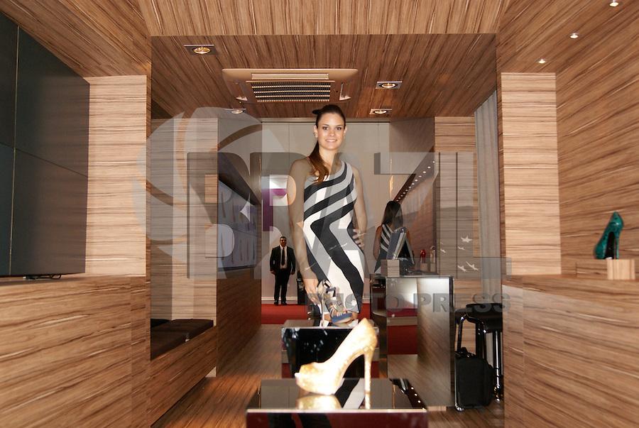 SAO PAULO, SP, 17 DE JANEIRO 2012 - COURO MODA - Movimentacao nesta terça-feira, 17, na Couromoda que acontece de 16 a 19 de janeiro, no Parque de Exposições do Anhembi na região norte da capita paulista.  A maior feira de lançamentos de moda e desenvolvimento de negócios no setor de calçados e artigos de couro das Américas, a Couro Moda.O Segundo mais influente evento especializado em calçados no mundo. Apresenta coleções da indústria para o primeiro semestre de 2012. (FOTO: DEBBY OLIVEIRA - NEWS FREE).