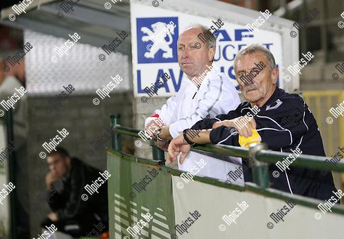 2009-09-19 / Seizoen 2009-2010 / Voetbal / Verbroedering Geel-Meerhout - KESK Leopoldsburg / De hulptrainer van Leopoldsburg kijkt toe van naast het veld na woorden met de scheidsrechter..Foto: Maarten Straetemans (SMB)