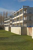 Facade sud ouverte sur un parc avec un habillage de beton