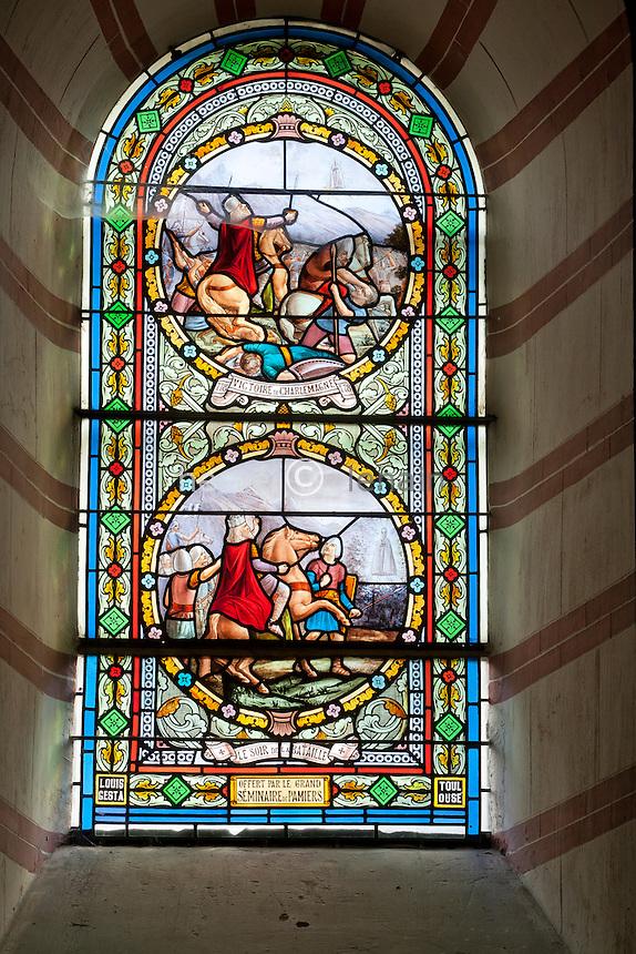 France, Ariège (09), Tarascon, chapelle Notre-Dame de Sabart, vitrail à droite du choeur // France, Ariege, Tarascon, chapel Notre-Dame de Sabart, the right window of the choir
