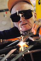 4415 / alter Arbeiter: AMERIKA, VEREINIGTE STAATEN VON AMERIKA,PENNSYLVANIA,  (AMERICA, UNITED STATES OF AMERICA), 11.09.2006: Schweisser, Schweissen, Gas Schweissen, verbinden, alter Arbeiter, arbeiten bis ins hohe Alter, .