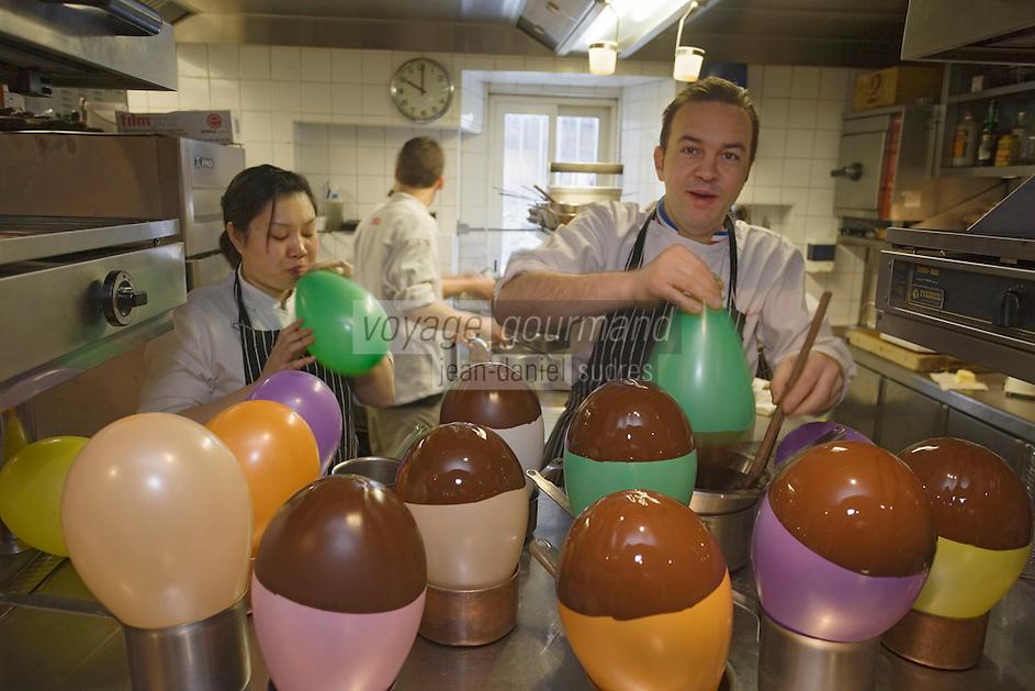 """Europe/France/Rhone-Alpes/74/Haute-Savoie/Megève: Emmanuel Renaut du restaurant """"Flocons de Sel"""" prépare en cuisine son dessert le Ballon au chocolat flambé à la gentiane"""
