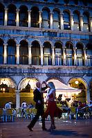 Due turisti ballano in Piazza San Marco